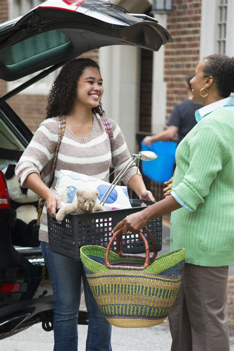 College Move-In Day - Long Distance Dorm Move-In Tips