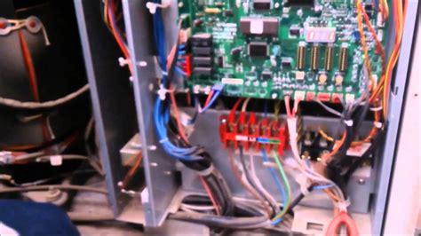 mando aire acondicionado enciende y se apaga