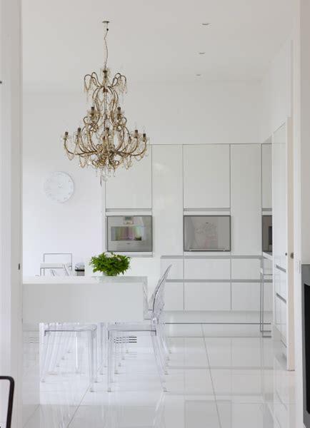 cuisine toute blanche cuisine toute blanche chaises kartell lustres à