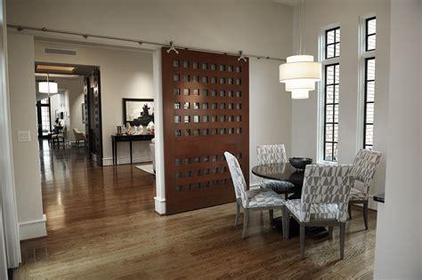 desain pintu geser  membuat rumah lebih hemat tempat