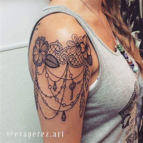 tatouage haut de bras femme dentelle fleur plume  bijoux