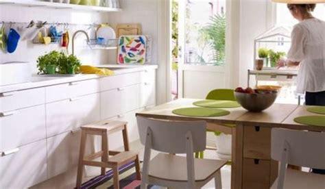 decorar cocinas blancas  notas de color  aviven su