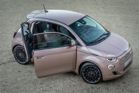 With looks harking back to the fifties classic of the same name, this reimagining of the 500 (cinquecento in italy) turns heads like few other cars in. Fiat 500e: Im Wandel der Zeit - Magazin