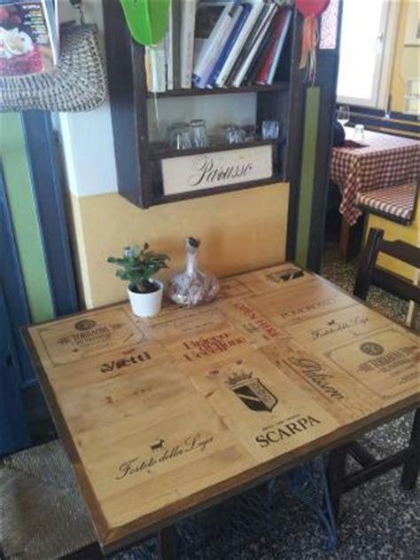 cassette di legno per vini simpatico piano di un tavolino realizzato con il legno di