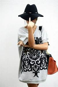 le sweatshirt femme un accessoire sportif ou plutot With robe de cocktail combiné avec chapeau feutre gris femme