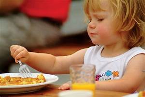 nina comiendo sola
