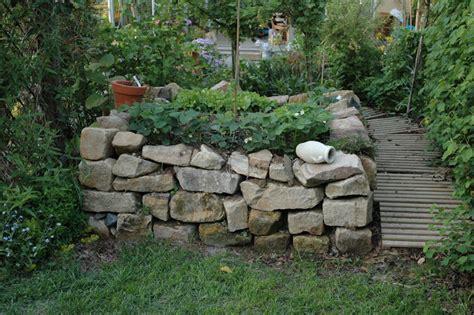 Hochbeet Aus Natursteinen by Hochbeet Aus Natursteinen Trockenmauer Bauen Ohne