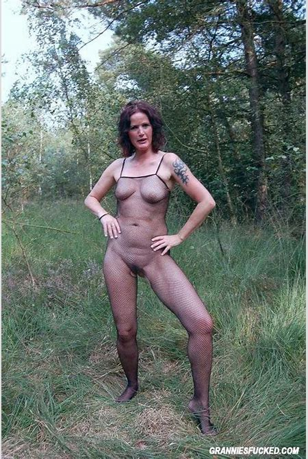 MILF Goes Wild in Nature 2875