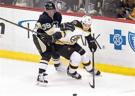 Share all sharing options for: Bruins squeak past Penguins | Sports | tribdem.com