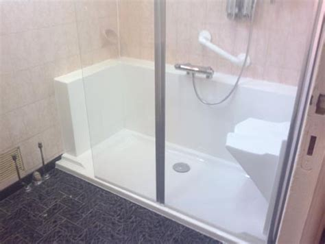 amenagement baignoire pour personne agee am 233 nagemer une salle de bain pour personnes agees easy shower