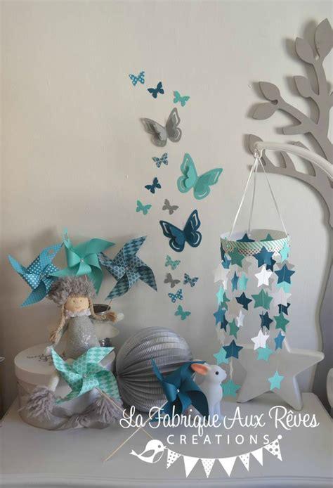 chambre bleu blanc décoration chambre bébé étoiles moulins à vent papillons