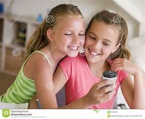 Junge Mädchen Fotos : junge m dchen die mit einem mobiltelefon spielen stockbild bild 6440353 ~ Markanthonyermac.com Haus und Dekorationen
