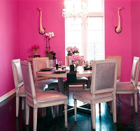 comedor rosa pared fucsia mesa  silleria vintage rosa