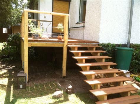 Erhöhte Terrasse Aus Bangkirai Mit Holztreppe Und