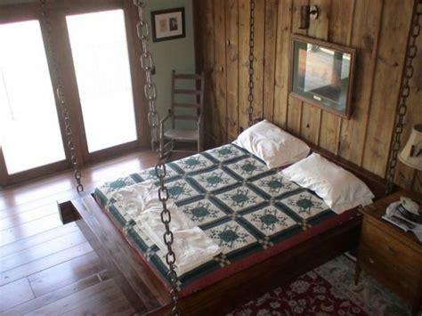 Luxus Schlafzimmer In Einer Hoehle by H 228 Ngendes Bett Im Schlafzimmer Mit Einer Holzwand