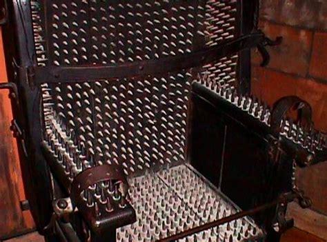 chaise du moyen age top 24 des techniques de tortures les plus horribles