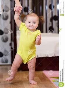 Erste Schritte Baby : baby das erste schritte mit mutterhilfe unternimmt stockfoto bild von einflu holding 50096574 ~ Orissabook.com Haus und Dekorationen
