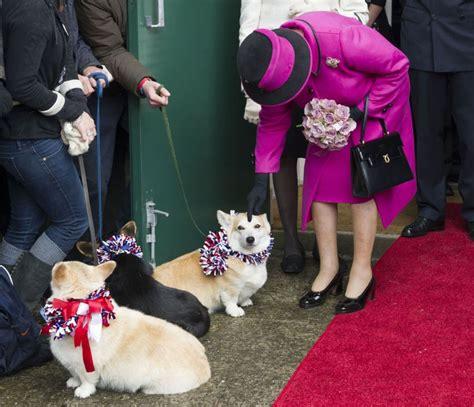 FOTO. Ģimene 94 gadus vecajai Lielbritānijas karalienei Elizabetei II uzdāvina ļoti neparastu ...