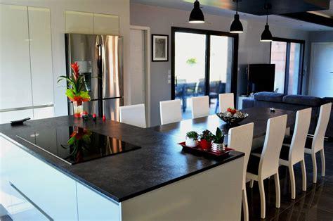 cuisine avec ilo cuisine design avec îlot central et coin repas installé à plaisance du touch fabricant de