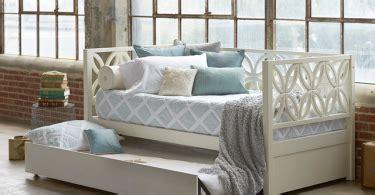 Дизайнерская мебель в интерьере спальни