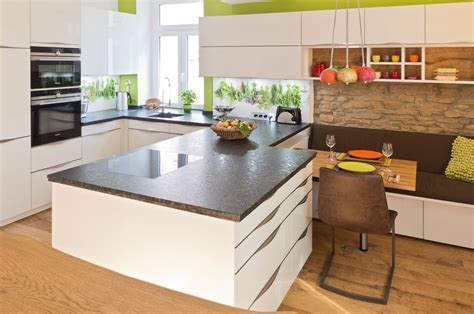 Küche Mit Edler Glasfront Und Granitarbeitsplatte Ihr
