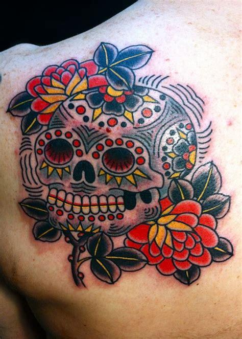 tatuaggio fiori sulla spalla tatuaggi teschi messicani un disegno colorato realizzato