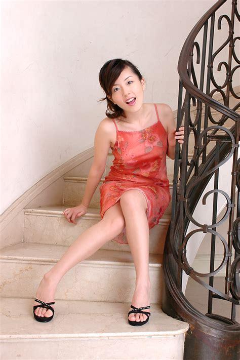슬리브리스옷차림으로 포즈취하는 중국미시아줌마 모델 Okorea