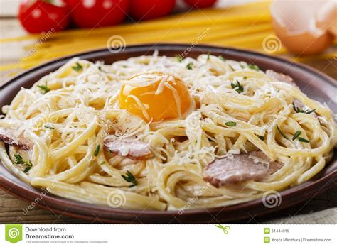 carbonara de p 226 tes d un plat avec le jaune d oeuf photo stock image 51444815