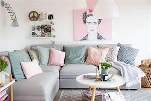 Frida Kahlo Kissen : pixers onlineshop leinwandbild von pixers frida kahlo wohnzimmer in pastellfarben ikea sofa ~ One.caynefoto.club Haus und Dekorationen