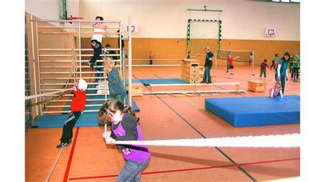 sport boesel kinder suchen abenteuer  turnhalle