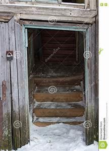Il Vecchio Portico Di Un Inverno Di Legno Dell U0026 39 Entrata