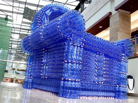 un sill 243 n de 2 500 botellas de pl 225 stico para concienciar a la gente de la importancia de