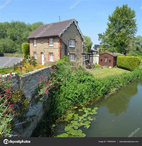 Cottage Inglesi Cottage Inglese Con Giardino Cottage Colorati E Parete