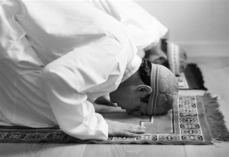muslime beten  sujud haltung  der kostenlosen