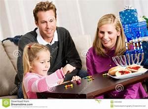 Spiele Für Familie : chanukka familie die dreidel spiel f r chanukka spielt stockfoto bild von gelee mann 45304058 ~ Orissabook.com Haus und Dekorationen