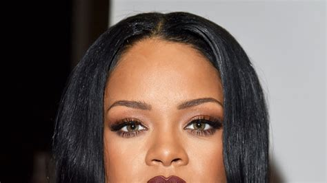 Rihanna Apologizes To Her Fans After Canceling Her Grammys