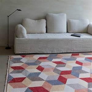tapis haut de gamme en laine multicolore a motifs cubiques With tapis jaune avec canapé haute gamme