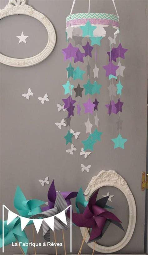 chambre bébé turquoise mobile suspension étoiles turquoise gris et violet mauve