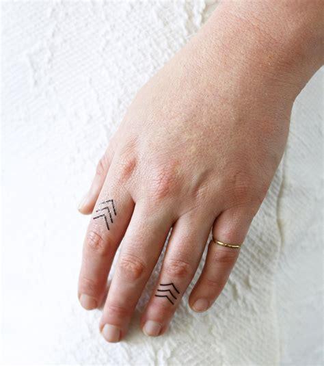 Tatouage Doigt  20 Idées De Petit Tatouage Pour Femme