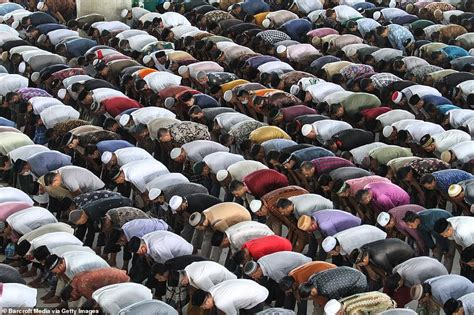 COVID-19: Hundreds of Muslim worshippers ignore ...