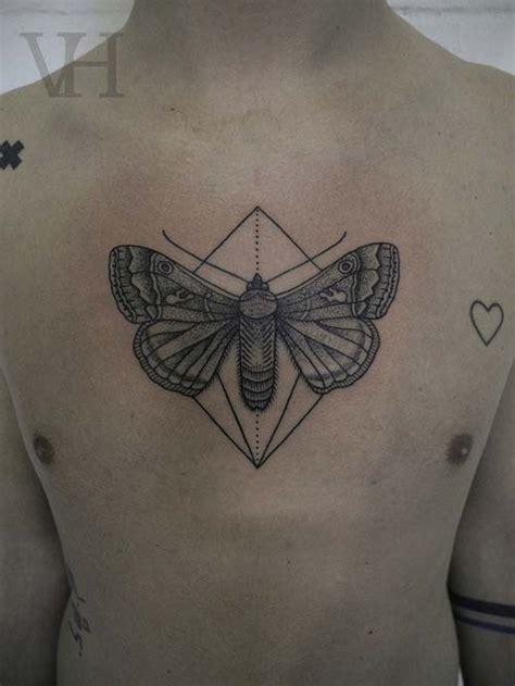 tatouage papillon  forme geometrique sur le torse inkage