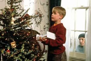 Macaulay Culkin Watches 'Home Alone' with Girlfriends ...