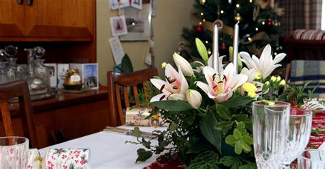 decorate  dinner table  christmas flowers