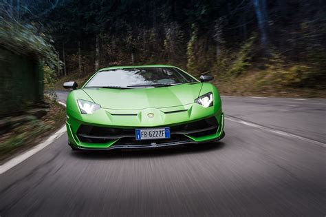Oι εισαγγελικές αρχές κατηγορούν τέσσερα ακόμη πρώ. Striking 12s: Ferrari 812 Superfast vs. Lamborghini Aventador SVJ | Automobile Magazine