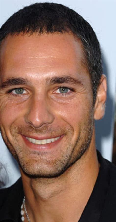 Raoul bova è un attore italiano tra i più amati nel nostro paese perché recita bene e riesce ad interpretare diversi protagonisti. raoul bova elenco film filmografia biografia età