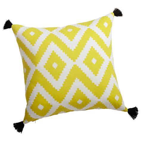 coussin en coton jauneblanc    cm janulam maisons du monde