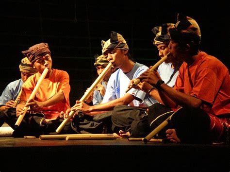 Harmonika adalah alat musik kecil serbaguna yang digunakan untuk memainkan hampir setiap jenis musik dalam berbagai budaya di seluruh dunia. Alat Musik Tradisional Saluang Asal Minangkabau Sumatera Barat
