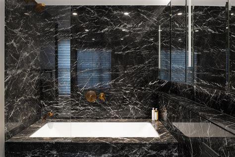 luxe badkamer met bad luxe badkamer met zwart marmer interieur inrichting