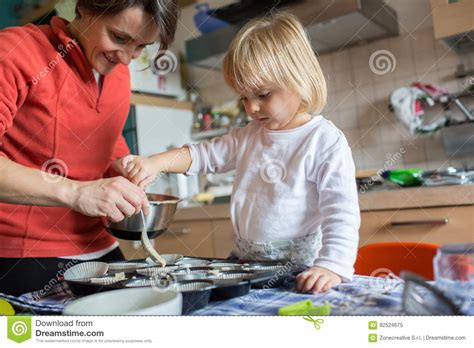 cuisine maman aide de fille de bébé faisant cuire avec sa maman dans la