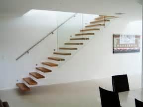 schöne tapeten für wohnzimmer freitragende treppe coole ideen